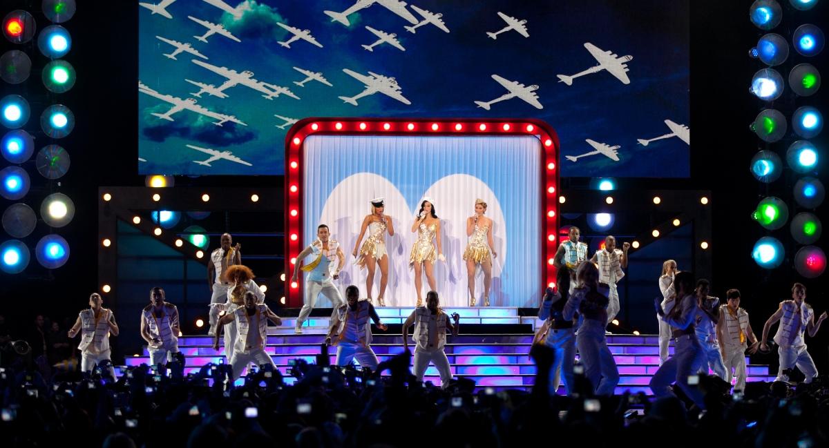 "Keri Hilson, Katy Perry and Jennifer Nettles sing ""Boogie Woogie Bugle Boy"""