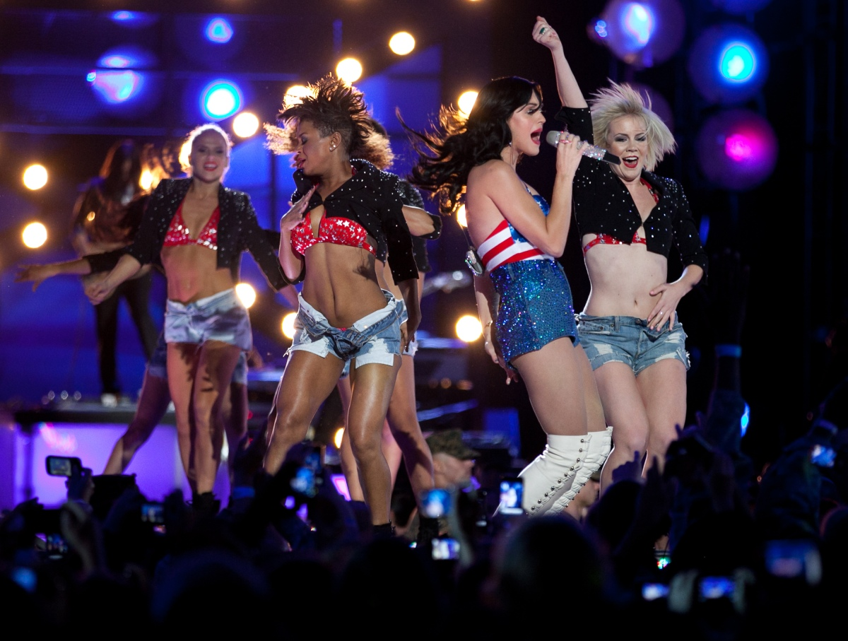 "Katy Perry performs ""California Gurls"""