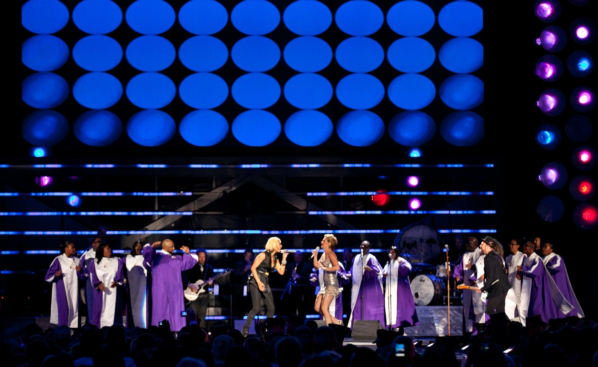 Singers Keri HIlson (l in black) performs a duet with Jennifer Nettles from Sugarland (in silver dress)