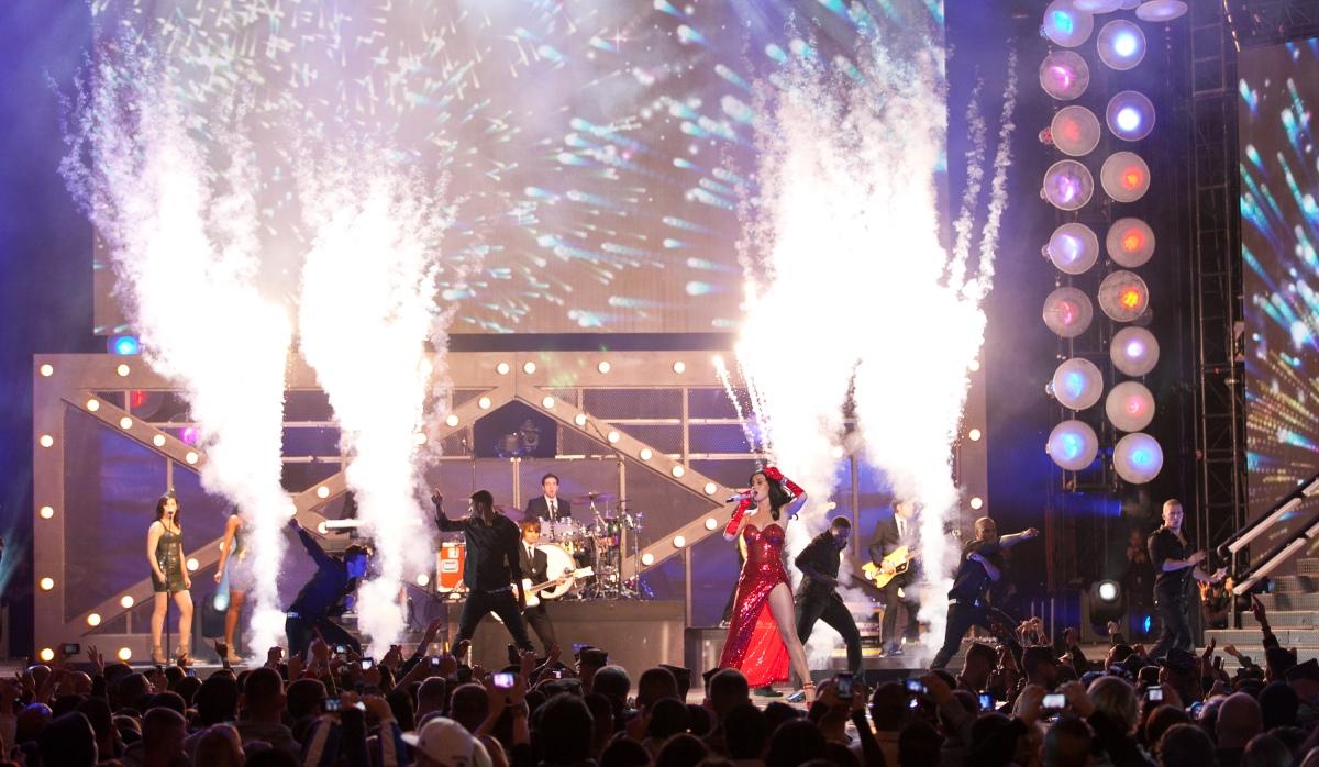 "Katy Perry performs ""Firework"""