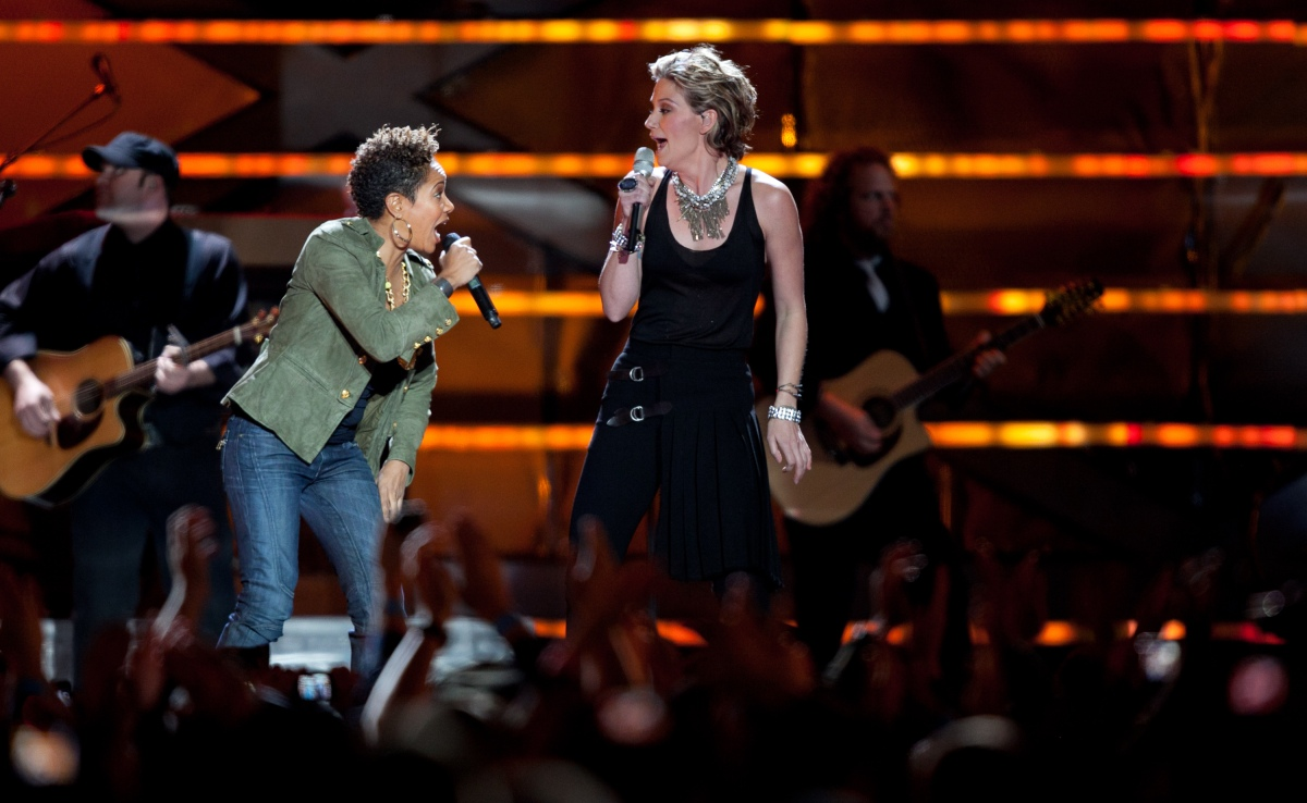 "Jennifer Nettles (r) from Sugarland and Eve sing ""Stuck Like Glue"""