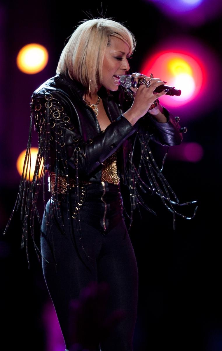 "Keri Hilson performs ""Turning on Me"""