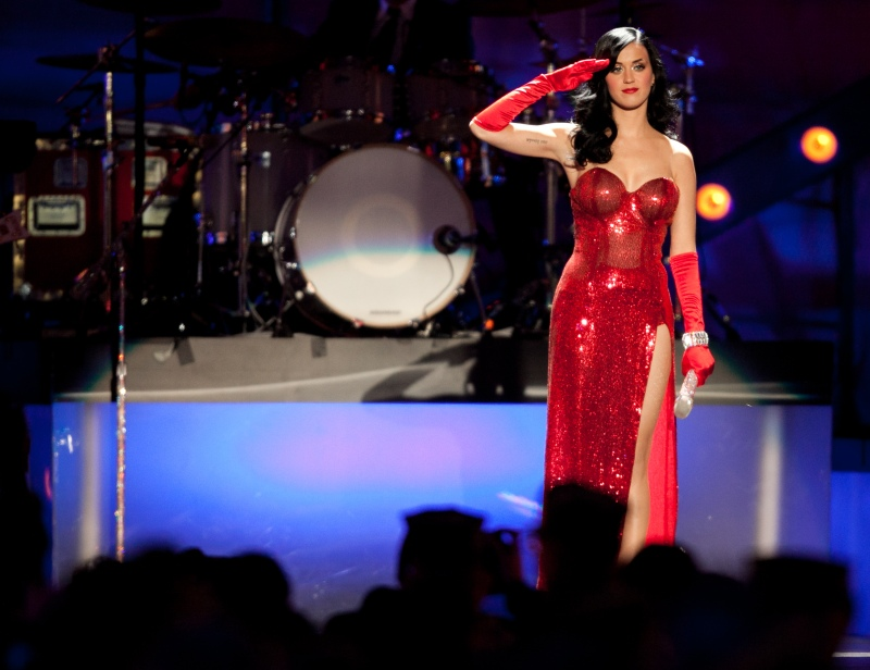"Katy Perry salutes service members before performing ""Firework"""