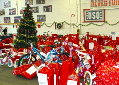 Business and individuals from around the Washington, D.C., area pitched in big for USO Metro's Project Elf. USO photo