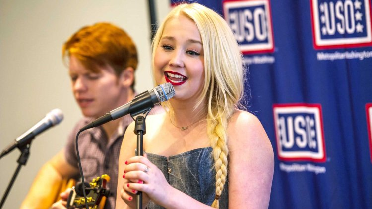 Country artist RaeLynn stopped by the USO Warrior and Family Center at Fort Belvoir, Va., on Sunday afternoon to meet troops and families and give an acoustic performance. USO photo by Doug Van Sant
