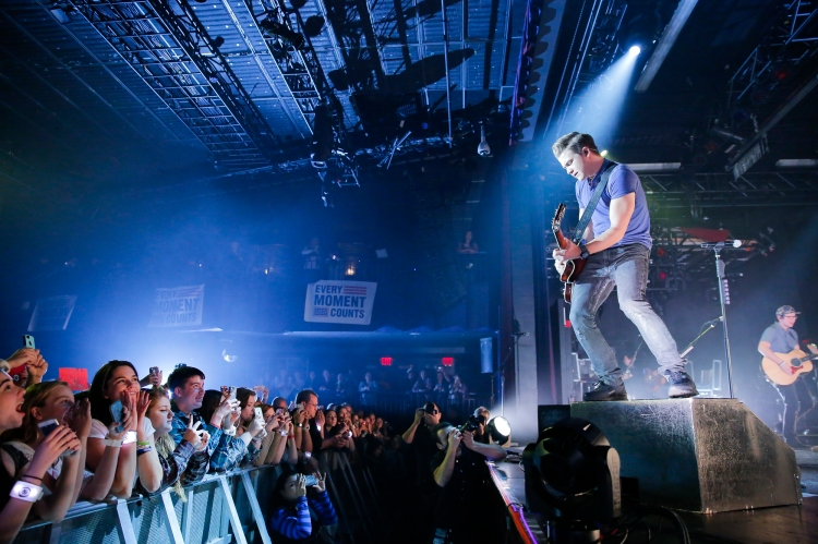 Country music star and USO tour veteran Hunter Hayes wasted no time making Every Moment Count for his fans at an Oct. 28 concert at Best Buy Theater in New York. USO photo